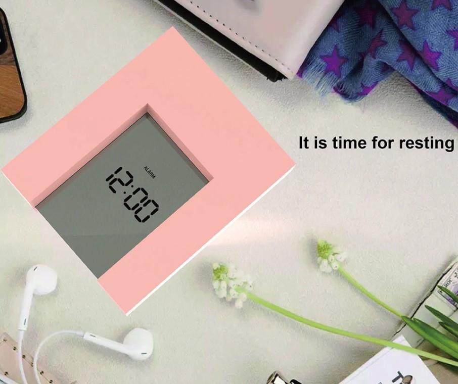 Цифровой настольный будильник розовый.